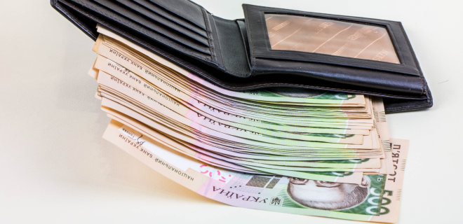 Purse with scattered Ukrainian money hryvnia in five hundreds